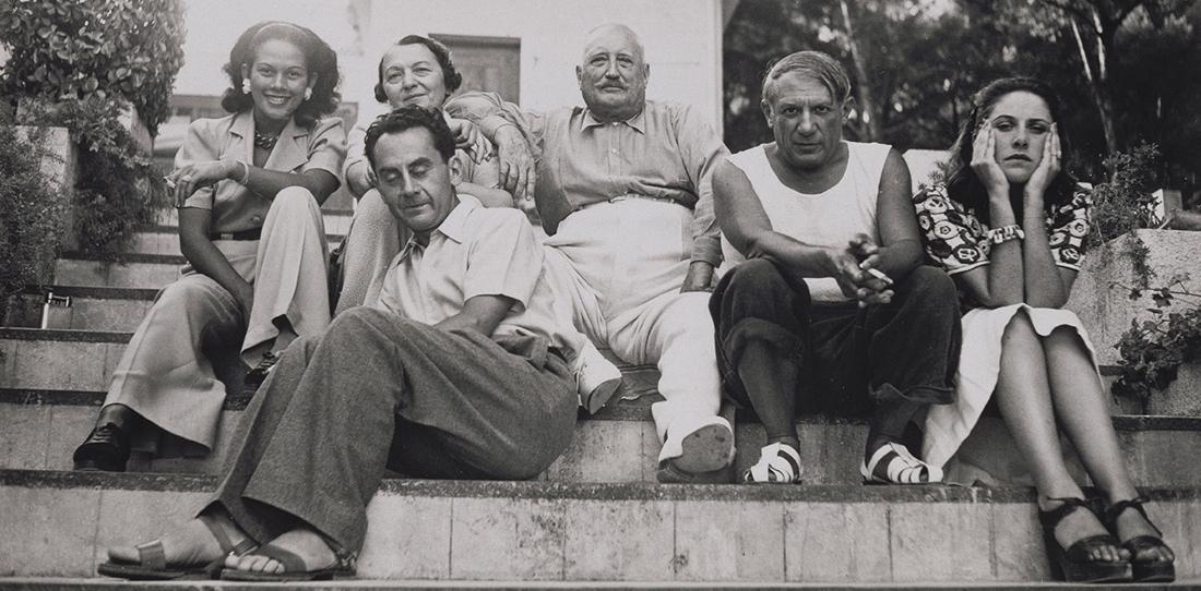 Ady Fidelin, Marie Cuttoli et son mari Paul Cuttoli, Man Ray, Picasso et Dora Maar sur les marche d'un parc, 1937.