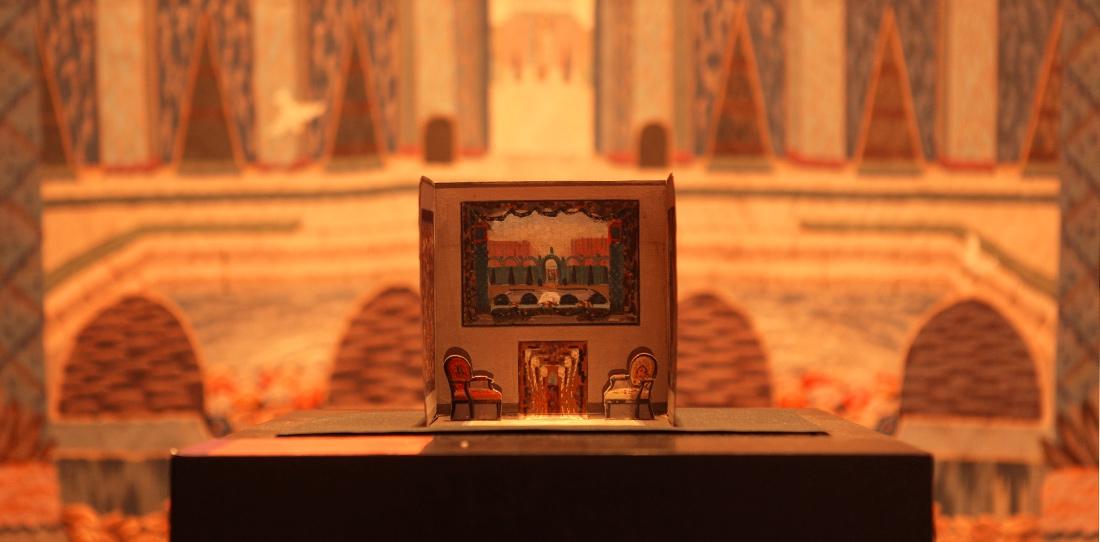 Maquette du stand Coupé, Exposition 1925 - Diorama du stand Coupé à l'exposition de 1925. Présentée en 2012 au musée de la tapisserie d'Aubusson, devant la tapisserie des jardins du château de Cordès (Puy-de-Dôme) qu'elle mettait en scène.