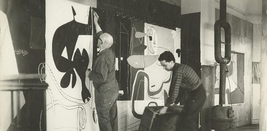 Le Corbusier au travail sur un carton de tapisserie avec Pierre Baudouin