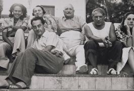 Ady Fidelin, Marie Cuttoli et son mari Paul Cuttoli, Man Ray, Picasso et Dora Maar sur les marches d'un parc, 1937.